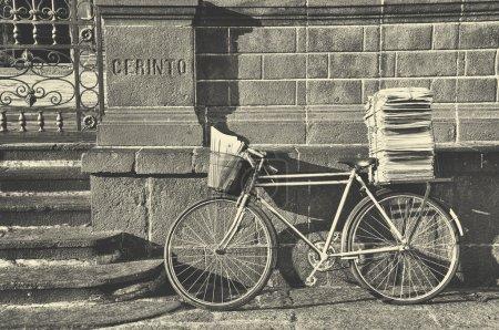 Foto de Bicicleta de cartero con un montón de papeles se inclinó contra la pared de la Catedral de Puebla de Zaragoza, México. Tono blanco y negro - Imagen libre de derechos