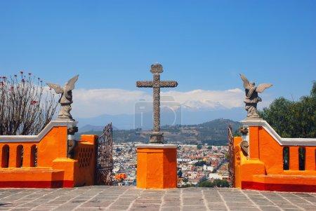 Foto de Iglesia de nuestra Señora de los remedios en la cima de la pirámide de Cholula en Puebla, México. Vista aérea de la ciudad y el volcán Popocatépetl - Imagen libre de derechos