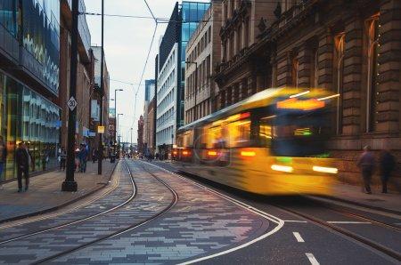 Photo pour Light tram Metrolink ferroviaire dans le centre ville de Manchester, Royaume-Uni. Le système a 77 haltes 78.1 km et traverse sept des dix arrondissements - image libre de droit