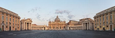 Photo pour Lever du soleil sur la Basilique de St Peters au Vatican. Matin à l'attraction la plus célèbre, vide de ciel nuageux rue personnes. Vue panoramique - image libre de droit