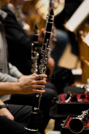 Photo pour Clarinettes entre les mains des musiciens de l'orchestre - image libre de droit