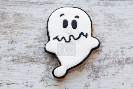 Photo pour Biscuit d'Halloween en forme de fantôme. Douce tradition - image libre de droit