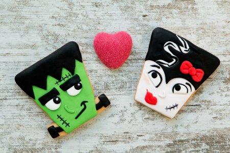 Photo pour Un couple terrifiant. Cookies Halloween avec différentes formes. Douce tradition - image libre de droit