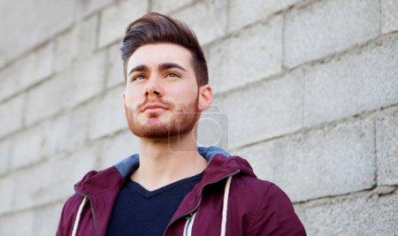 Photo pour Beau type frais avec la barbe regardant au côté - image libre de droit