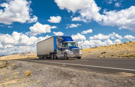 Photo pour Camion bleu se déplaçant sur une autoroute - image libre de droit