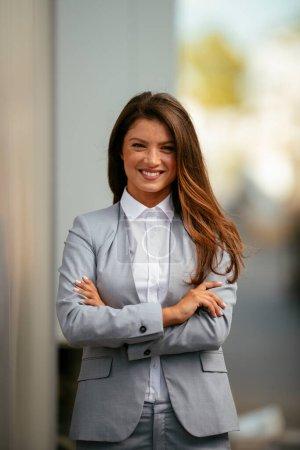 Photo pour Portrait de jeune femme d'affaires dans la cour du bâtiment - image libre de droit