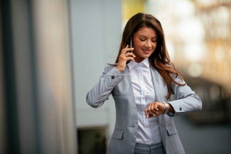 Photo pour Portrait de jeune femme d'affaires heureuse parlant au téléphone - image libre de droit