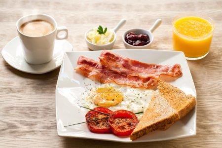 Photo pour Fermez-vous vers le haut du petit déjeuner continental avec le café et le jus d'orange sur la table en bois. - image libre de droit