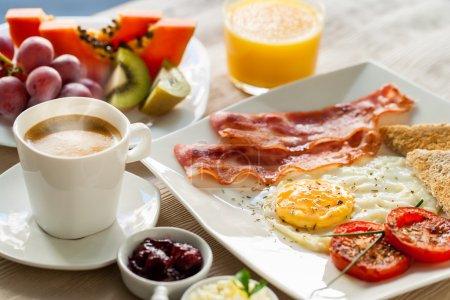 Photo pour Gros plan sur le petit déjeuner continental sain avec fruits frais et café moulu . - image libre de droit