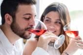 Pár, kteří požívají, ochutnávka vína