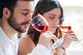 Pár na ochutnávka vína