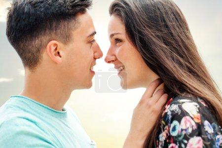 Photo pour Gros plan portrait de couple montrant de l'affection en fin d'après-midi soleil . - image libre de droit
