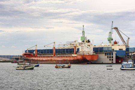 Grand cargo général pour le transport importation exportation marchandises amarrées dans le port et dans le processus de chargement et de déchargement ou de transport de produits