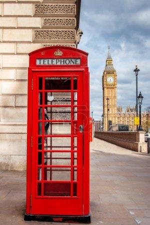 Photo pour Cabane téléphonique rouge à Londres avec Big Ben en arrière-plan - image libre de droit