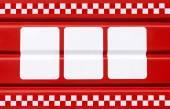 červená kovová deska s třemi bílými obdélníky pro symboly
