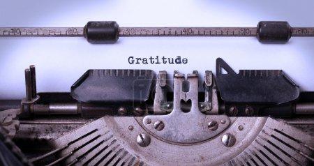 Photo pour Plan rapproché d'une machine à écrire de cru, vieux et rouillé, gratitude - image libre de droit