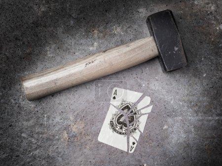Photo pour Marteau avec carte cassée, look vintage, as de pique - image libre de droit