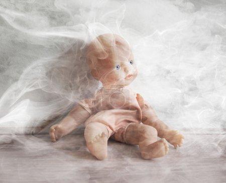 Photo pour Notion de maltraitance envers les enfants - Fumer à proximité des enfants - image libre de droit