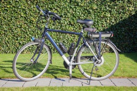 Photo pour Vélo électrique sous le soleil, le vélo moderne, surtout utilisée par les personnes âgées - image libre de droit