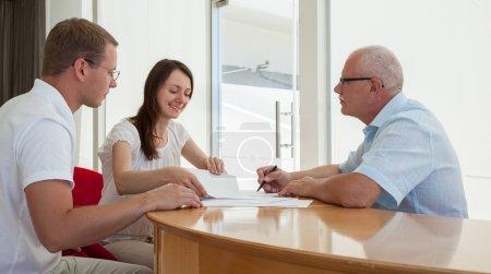 Photo pour Vue des hommes d'affaires discuter d'un projet conjoint au cours du travail d'équipe - image libre de droit