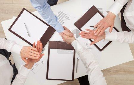Photo pour Les hommes d'affaires se serrent la main, vue d'en haut - image libre de droit