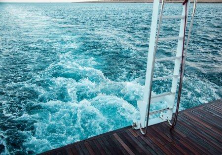 Photo pour Vue du yacht sur l'eau pendant le voyage en mer à Protaras, Chypre - image libre de droit