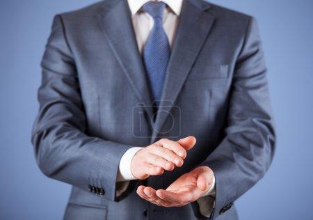 Photo pour Élégant homme d'affaires portant costume formel et cravate applaudissant - image libre de droit