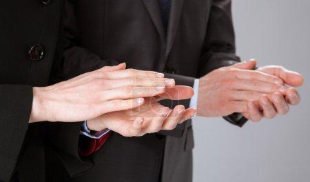 Photo pour Groupe d'hommes d'affaires équipe applaudissements - image libre de droit