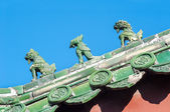 Glazované keramické strážci na střeše Lama Temple, Peking