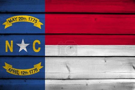 Photo pour Drapeau de l'État de Caroline du Nord sur fond de bois - image libre de droit