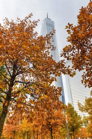 Photo pour Freedom Tower en automne dans le Lower Manhattan. Un World Trade Center est le plus haut bâtiment de l'hémisphère occidental et le troisième plus haut bâtiment du monde . - image libre de droit