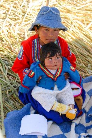 Photo pour LAKE TITICACA, PÉROU - 15 AOÛT 2006 : Enfants péruviens autour du lac Titicaca au Pérou, Amérique du Sud . - image libre de droit
