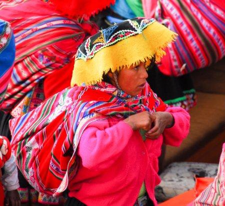Photo pour LAKE TITICACA, PÉROU - 15 AOÛT 2006 : Femme péruvienne vêtue traditionnellement autour du lac Titicaca au Pérou, Amérique du Sud . - image libre de droit