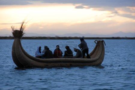 Cavaliers dans un bateau à roseaux autour du lac Titicaca, Pérou