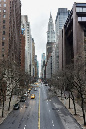 Photo pour NEW YORK, NEW YORK - JANUARY 4, 2015: Traffic and skycrapers along 42nd Street, Manhattan, New York looking West on a cloudy, winter's day. - image libre de droit