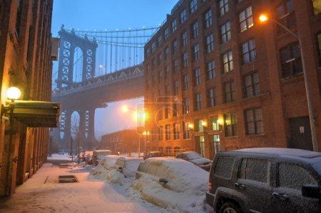 Photo pour New York City Brooklyn Dumbo zone et le pont de Manhattan pendant une tempête de neige. - image libre de droit