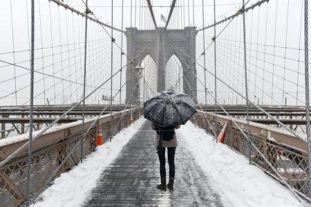 Photo pour Pont de Brooklyn au cours d'une tempête de neige à New York City. - image libre de droit