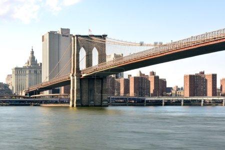 Photo pour Skyline de la ville de New York et le pont de Brooklyn depuis Brooklyn Heights. - image libre de droit