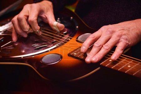 Photo pour Guitare Dobro classique concert, interprété par un expert. Concentre sur place. - image libre de droit