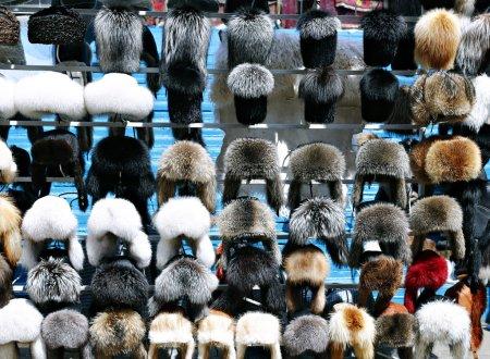 Muchos sombreros de invierno de piel caliente