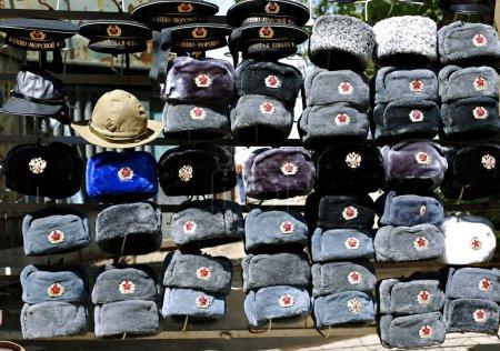 Muchos sombreros militares multicolores Ejército soviético y ruso