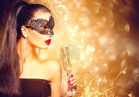 Photo pour Femme modèle sexy avec verre de champagne portant un masque de mascarade vénitienne à la fête - image libre de droit