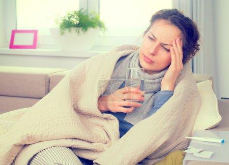 Photo pour Femme malade avec thermomètre. Grippe. Femme pris froid - image libre de droit