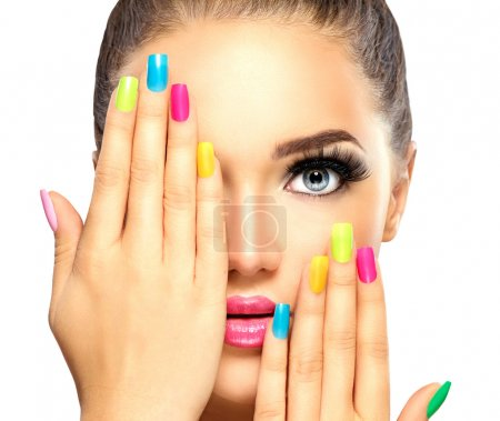 Photo pour Visage fille de beauté avec vernis à ongles coloré. Manucure et maquillage - image libre de droit