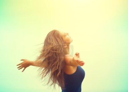 Photo pour Femme heureuse appréciant la nature. Beauté fille lever les mains en plein air - image libre de droit