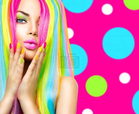 Photo pour Portrait de jeune fille de beauté maquillage coloré, des cheveux et des ongles - image libre de droit