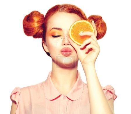 Photo pour Belle adolescente joyeuse avec taches de rousseur tenant tranche d'orange juteuse - image libre de droit