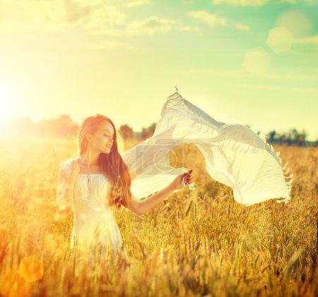 Photo pour Fille de beauté en robe blanche sur le champ de l'été profiter de la nature - image libre de droit
