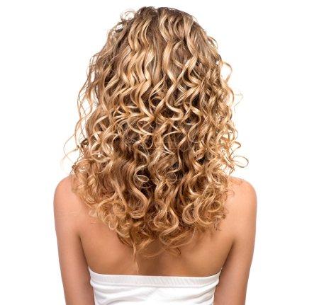 Photo pour Belle fille aux cheveux blonds perméables. Dos - image libre de droit