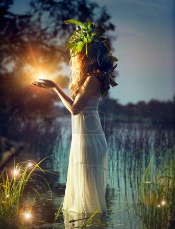 Photo pour Lumière magique du prélèvement fille fantaisie. scène de nuit mystérieuse - image libre de droit
